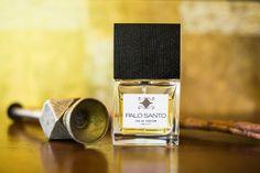 Zapach niezwykły: rum, drewno gwajakowe, ciepłe mleko, miękka tonka i wetiwer. Nuty Palo Santo robią wielkie wrażenie.