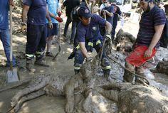 ALUD EN ZOO DE GIORGIA. Equipos de rescate, continuaban el lunes la búsqueda de al menos dos docenas de personas y un número indeterminado de animales posiblemente peligrosos, desaparecidos tras fueres inundaciones que destrozaron el zoológico de la ciudad y mataron al menos a 12 personas. Ninguno de los fallecidos fue víctima de los animales liberados en las inundaciones, indicó el lunes el director del zoo, Zurab Gurielidze. (REUTER)FOTOGALERIA en HD