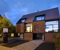 Two windows of this multi-family house are hidden behind brick piers.Two windows of this multi-family house are hidden behind brick piers. The design solution of CAAN architecten (Gent) made it possible to continue the . Brick Roof, Brick Facade, Roof Design, Exterior Design, House Design, Brick Design, Brick Architecture, Residential Architecture, Residential Roofing