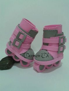 goma eva #gomaevamanualidades Baby Doll Shoes, Barbie Shoes, Doll Shoe Patterns, Baby Clothes Patterns, Bitty Baby Clothes, Doll Clothes, Barbie Doll House, Barbie Dolls, Shoe Cupcakes