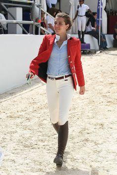 chaqueta roja con mallas beige