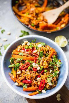 Easy Vegan Pad Thai (Gluten-free) | Earth of Maria Quick Vegan Meals, Easy Vegan Dinner, Vegan Dinners, Veggie Recipes, Whole Food Recipes, Vegetarian Recipes, Healthy Recipes, Vegan Pad Thai Sauce, Vegetarian Egg Rolls