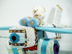 El más espectacular avión de pañales para niño, el Original e inimitable avión de 1 metro por 70 cm. repleto de productos de primera calidad. las mejores tartas de pañales, canastillas para bebes, cestas para bebes y regalos originales están en lacestamagica.com ¡Visita nuestra Web!