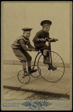 Andando de velocípede em 1909.