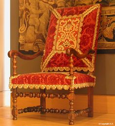 Suite de 6 fauteuils du château d'Effiat - 1650/1660 - Louvre  (LOUIS XIII - fin du règne, régence Anne d'Autriche : tournage, peut-être sous influence espagnole, devient plus complexe : balustres et boules. Mais absence de décor sur pieds arrière. Cubes marquent toujours les jointures)