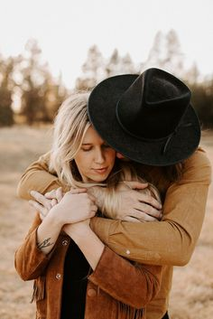 Click to browse the blog of this Couples Session at Dillon Falls, Bend, Oregon, with Charlotte and James. Photography by Dawn Charles. Outfit inspiration for couples | Posing inspiration for couples sessions | Oregon Photographer #couplessession #posinginspiration #photography