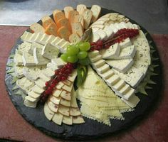 New Cheese Plate Presentation Dishes Ideas Meat Appetizers, Appetizers For Party, Appetizer Recipes, Party Food Platters, Charcuterie And Cheese Board, Cheese Party, Snacks Für Party, Cheese Platters, Food Presentation