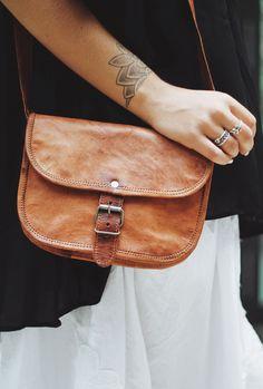 """So schön und einzigartig wie die Blume präsentiert sich die Umhängetasche """"Mary S"""" in feinem Ziegenleder. Ohne viel Tamtam wird dieses Täschchen zum praktischsten und zugleich schönsten Accessoire, was Du besitzt - GustiLove - Handtasche - Umhängetasche - Lifestyle - Gusti Leder - H17"""