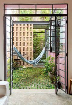 Jardim integrado com sala de estar tem plantas e rede de descanso. Outdoor Beds, Outdoor Spaces, Outdoor Decor, Patio Design, House Design, Casa Real, Japanese House, Architecture Details, House Colors