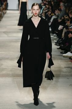 Jil Sander | Ready-to-Wear Autumn 2020 | Look 1 Calvin Klein Red, Fashion Over 50, Fashion Flats, Red Carpet Fashion, Jil Sander, Fashion 2020, Style Me, Celebrity Style, Ready To Wear