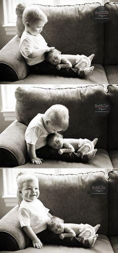 Mooie foto's van grote broer met baby. Leuk om te onthouden voor ooit,