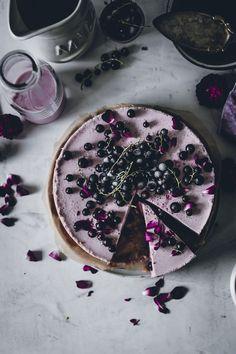 Heute haben wir euch eine sommerlichen No-Bake Buttermilch Torte mitgebracht, verfeinert mit Cassis Likör und jeder Menge schwarzer Johannisbeeren. So erfrischend, so leicht gemacht und soooo köstlich!