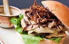 Hambúrguer com shitake e cebolas caramelizadas. | 15 receitas que vão te convencer a ir para a cozinha no fim de semana