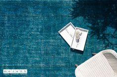 Echter türkischer Vintage Teppich in modernem Farbton. Er wurde zu 100 % in Handarbeit aus reiner Wolle gefertigt, in einer prächtigen Nuance neu gefärbt und aus der Türkei importiert. Carpets, Modern, Scrappy Quilts, Vintage Rugs, Wool, Handarbeit, Colors, Farmhouse Rugs, Rugs