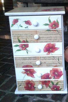 Cajonera reciclada con partituras antiguas y servilletas. Realizada por Mercedes Tomaszewski de Carballo.