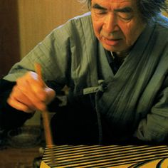 National Living Treasure of Japan, Yoshikuni TAGUCHI at work, Maki-e lacquer artist Japanese Beauty, Japanese Art, Japanese Culture And Traditions, Male Kimono, Best Fails, Nippon, Action Painting, Extreme Sports, Trust Yourself