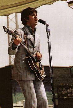 Paul McCartney in Cincinnati, Ohio, August 1966 Fender American Deluxe, The Beatles Live, Les Beatles, Beatles Guitar, Paul Mccartney, Guitar Guy, Guitar Tabs, Guitar Fender, Beatles Photos