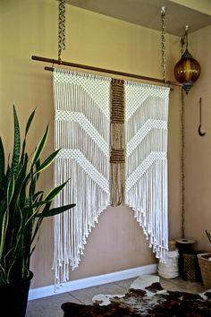 Cette Tenture murale en macramé extra large a été faite d'une combinaison de coton blanc naturel et corde de jute, et est suspendu à une main teinté cheville en bois. Une pièce unique qui ne manquera pas d'ajouter de la texture et l'intérêt à n'importe quelle pièce! Ferait un beau cadeau!  Cheville en bois est 48, mesure environ 60» long.  Cet article est prêt à partir!  ✦ Boutique goujon murales ✦ www.etsy.com/shop/BermudaDream?section_id=18034902  ✦ Boutique bague en lait...