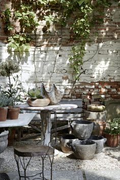 the red chair courtyard garden | gardenista