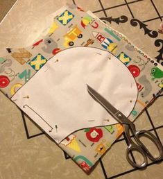 Quick and easy baby gifts In addition to your usual sewing notions and thread, to make these burp cl Baby Sewing Projects, Sewing For Kids, Sewing Hacks, Sewing Crafts, Sewing Tips, Sewing Ideas, Baby Sewing Tutorials, Scrap Fabric Projects, Burp Cloth Tutorial