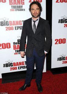 スーツも似合うジョニー・ガレッキ。
