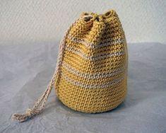 【nanapi】 かぎ針編みでコップ袋を手作りする方法をご紹介します。かわいいだけでなくとても頑丈なので、中に入れるものも安心です。こま編みとくさり編みだけで編めるので、初心者でも簡単に作ることができます。編み物初心者の方はこちらのサイトを見ながらやってみましょう!用意するもの綿100%...