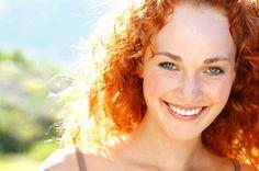 La piel manchada u oscurecida puede deberse a la continua exposición al sol, el paso de los años o un mal cuidado de la piel. Existen miles de cremas en el mercado que te permiten blanquear la piel, p