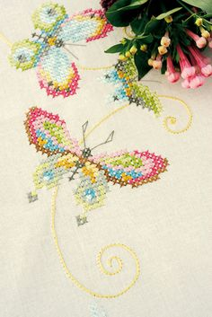 Butterlfies on a table cloth #butterfly #vlinder #maripose #papillon #schmetterling #colours #colors #modern #crossstich #xstitch #embroidery #tablecloth #nap