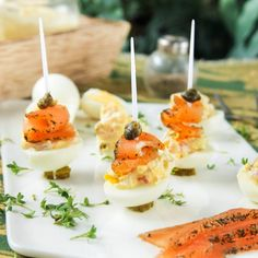 Quail eggs with salmon and capers (in Spanish)
