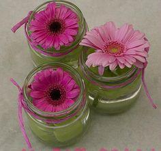 Tuintafel versieren met bloemen in glazen potjes is eenvoudig maar mooi met…