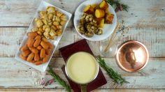 Receta con instrucciones en video: Queso fundido + todos tus ingredientes preferidos = ¡La cena perfecta!  Ingredientes: 400 gr. de gruyere rallado, 200 gr. de queso emmental rallado, 100 gr. de fontina, Jugo de 1 limon, 460 cc. de vino blanco, 1 cdita. de fecula de maiz, Sal, pimienta y nuez moscada, 1 paquete salchichas copetin, 200 gr. de papines, 200 gr. de champiñones, 2 cdas. de provenzal preparada, 6 fetas de panceta/tocino, 4 rebanadas pan de molde., 1 diente ajo.