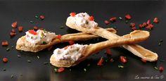 Cucchiai di sfoglia golosi dei finger food di pasta sfoglia farciti con mousse di robiola pomodorini secchi e olive ma voi spaziate con la fantasia!