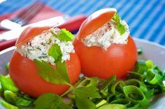 Svuotate i pomodori aiutandovi con un coltello piccolo affilato o con un cucchiaino. Per farlo, tagliate la parte superiore del pomodoro e svuotatela dei semi, in modo tale da ottenere una cavità per la farcitura.