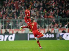David Alaba springt 26 Sekunden nach dem Anpfiff jubelnd in die Höhe und feiert mit Franck Ribery seinen Treffer für den FC Bayern München zum 1:0 gegen Juventus Turin.  Mit dem Treffer im Viertelfinalhinspiel hat der Österreicher das zweitschnellste Tor in der Champions League für die Münchner erzielt. (Foto: Tobias Hase/dpa)