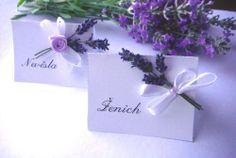 Svatební jmenovka - levandulová  Svatební jmenovky s pravou sušenou levandulí provoní Váš svatební stůl. Doplněno atlasovou mašličkou a růžičkou. Vyrobeny z výkresového papíru. Výška 5cm délka 7cm Cena za 1 ks Na jmenovku Vám napíšeme jména z Vámi dodaného seznamu.