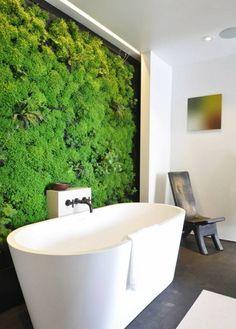 Mur végétal dans la salle de bains : à fabriquer avec des plantes naturelles ou des mousses artificielles pour un entretien simplifié. #mur #végétal #salledebains #entretien #mousse