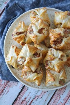 Butterdejspakker Med Skinke, Flødeost Og Bacon – One Kitchen – A Thousand Ideas Gourmet Recipes, Real Food Recipes, Yummy Food, Healthy Recipes, Snack Hacks, Food Hacks, Tapas, Lunch Snacks, Appetisers