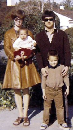 Bruce Lee with wife Linda and children Brandon and Shannon Bruce Lee Master, Bruce Lee Art, Bruce Lee Family, Bruce Lee Photos, My Family Photo, Family Photos, Indian Yoga, Green Hornet, Brandon Lee