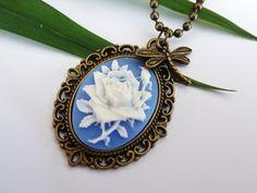 Halskette aus antikgoldfarbenem Metall mit schöner Gemme in blau-weiß mit Rose.  Der kleine Libellen-Anhänger besteht aus Messing.  Wenn Ihr lieber...