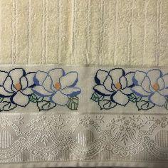 Toalha de rosto bordada em ponto cruz com flores. Cross Stitching, Cross Stitch Embroidery, Cross Stitch Patterns, Small Cross Stitch, Bargello, Diy And Crafts, Projects To Try, Rose, Easy Cross Stitch