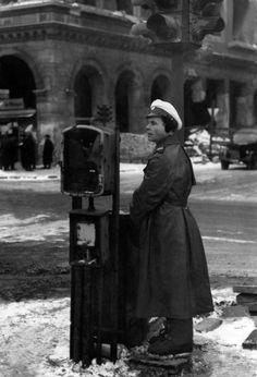 Spezial-Galoschen: Dieser Verkehrspolizist in West-Berlin hatte spezielle Filzschuhe, die ihn beim Bedienen der Ampelschaltung vor der Kälte schützten (Foto von Februar 1947). West Berlin, East Germany, World War, Wwii, Period, Cops, Police, Post War Era, Old Pictures