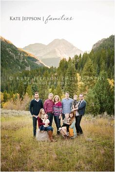 LOVE their family pictures! Extended Family Pictures, Large Family Photos, Fall Family Pictures, Family Pics, Family Posing, Family Portraits, Family Photo Colors, Family Photo Outfits, Family Photo Sessions