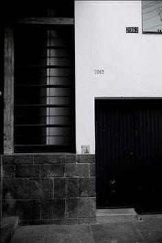 Vista de la entrada y la fachada a la calle, Casa Ignacio Díaz Morales Efraín - González Luna, No.2062, Col. Americana, Guadalajara, Jalisco 1956 Arq. Ignacio Díaz Morales - View of the entrance and street facade, Casa Ignacio Morales, Guadalajara, Jalisco, Mexico 1956