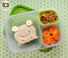 Bento Boxes for the picky eater. I know this is for kids but I can totally use this. Easy Lunch Boxes, Bento Box Lunch, Lunch Snacks, Bento Lunchbox, Box Lunches, Lunchbox Ideas, Toddler Meals, Kids Meals, Smart Snacks