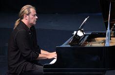 STEFANOS KORKOLIS 17/7/2013 Ο Στέφανος Κορκολής ερμηνεύει τις μουσικές συνθέσεις του Μίκη Θεοδωράκη στην avant-premiere της κινηματογραφικής ταινίας «Ανακυκλώνοντας τη Μήδεια» Avant Premiere, Cyprus News, Piano, Music Instruments, Musical Instruments, Pianos