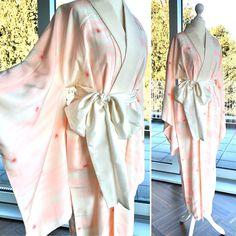 "Vintage ""Nagajuban"" Kimono Robe im Pastell Rosa und Weiß / Romantic night gown / silk robe / night gown / Dressing gown / Kimono night robe Vintage Kimono, Kimono Mantel, Nightgown Pattern, Dressing, Romantic Night, Yukata, Elegant, Night Gown, Wrap Dress"