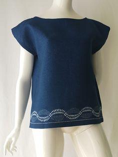 Der traditionelle Mühlviertler Blaudruck wird von Marie Wagner neu interpretiert und ist so für den modernen Alltag geeignet Indigo, Short Sleeve Dresses, Dresses With Sleeves, Shirt Bluse, Modern, Tunic Tops, Shirts, Shopping, Fashion