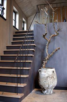 Hal met Fresco kalkverf van Pure & Original.    Black stairs against neutral background