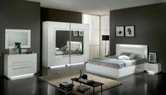 De City is een zeer mooie moderne slaapkamer, deze complete set bestaat uit: tweepersoonsbed 160 x 200 cm, twee nachtkastjes, commode incl. spiegel en een kledingkast van 200 cm breed.