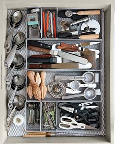 Small Kitchen Organizing Ideas - Kitchen Drawer Organizer - Click Pic for 42 DIY Kitchen Organization Ideas & Tips so envious! Organisation Hacks, Kitchen Drawer Organization, Diy Kitchen Storage, Smart Kitchen, Kitchen Tops, Kitchen Hacks, Home Organization, Organizing Tips, Organized Kitchen